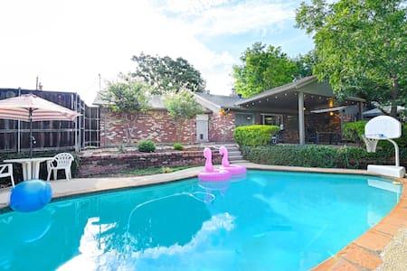 Hot tub, Huge Game Room, swim pool, BBQ NO PARTIES