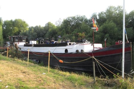 Accomodation on 1912 Dutch barge - Surrey