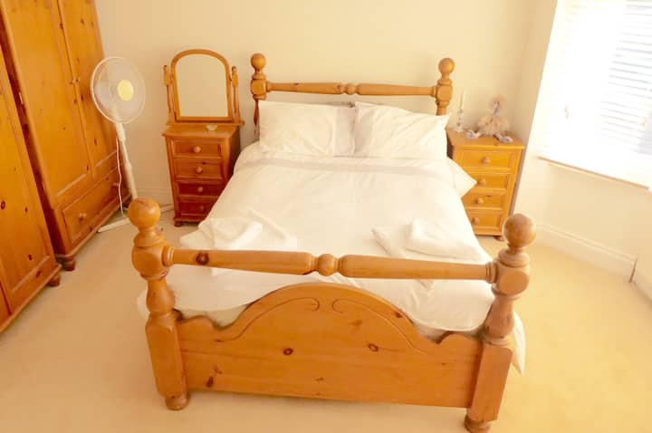 Cosy double bedroom in a quiet leafy road in Hale