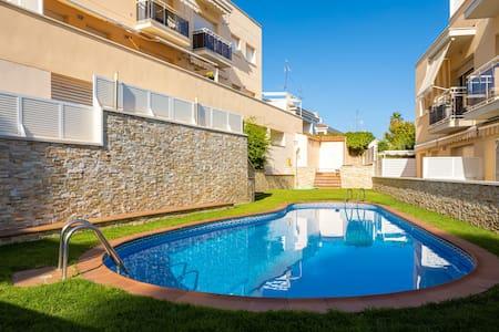 Coqueto apartamento con piscina al lado del mar.