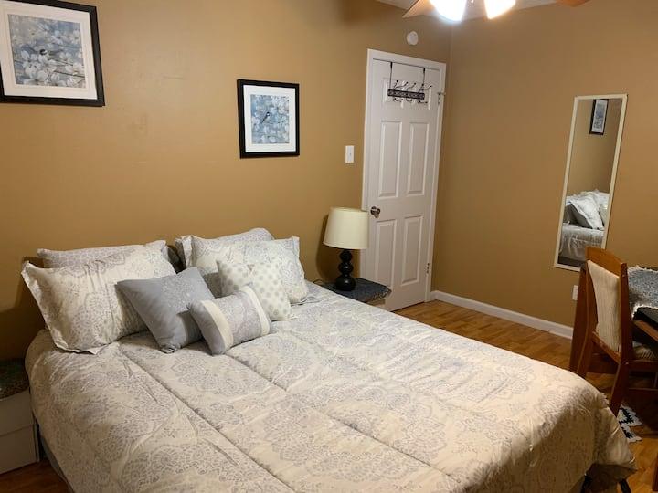 Cozy room & private bath close to Texas A&M