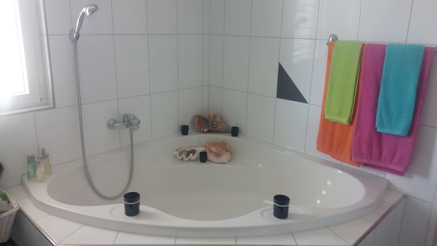 Schönes Zimmer mit herrlichem Badezimmer