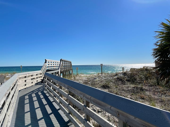 Emerald Coast: 100 steps to the white sand beach