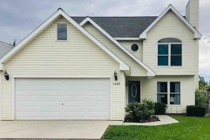 Fully Stocked 3 BR HOME - Work & Play w/fast WiFi
