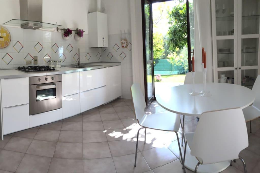 Cucina e soggiorno molto luminosi