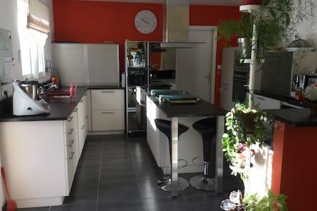 Villa très ensoleillée au calme - Montpezat-sous-Bauzon - House