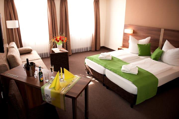 """Hotel Adler (Eichstätt), Dreibettzimmer """"Superior"""" mit kostenfreiem WLAN und frisch renoviertem Badezimmer"""
