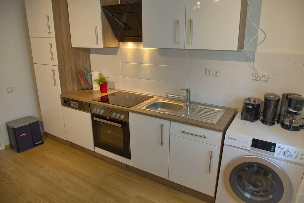 Küchenzeile mit Spülmaschine und Waschmaschine
