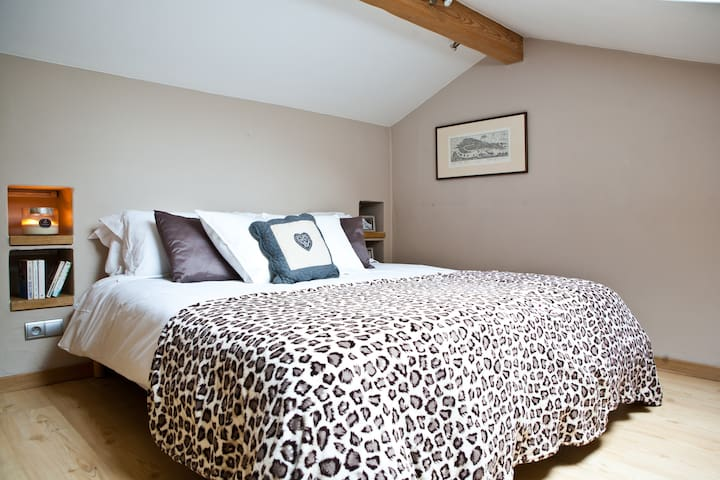 Bedroom 5: Flexible double or twin room (open mezzanine floor) with access to a separate shower room with WC