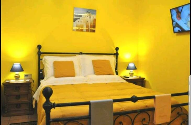 Camera da letto in stile mediterraneo con TV a LED e climatizzatore...il comfort e l'eleganza di Villa Alecla tutta per voi.