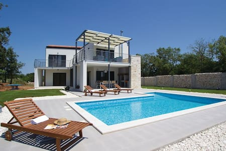 3 Bedrooms Home in  #1 - Brscici
