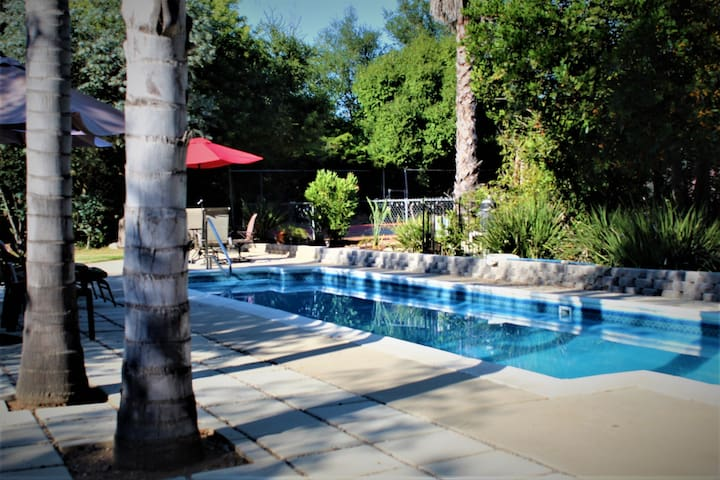 Peaceful 1 Acre Estate-Private Tennis Court & Pool