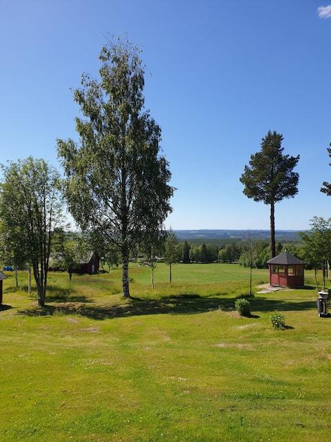 Gammal timrad stuga med underbar milsvid utsikt.
