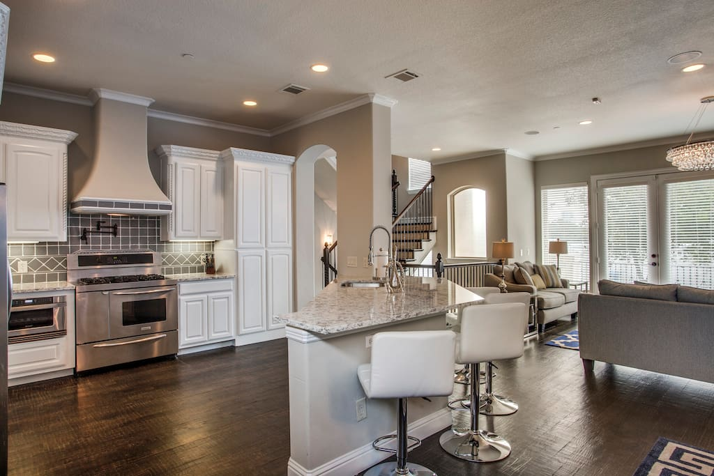 Amazing great room, kitchen with all the amenities.