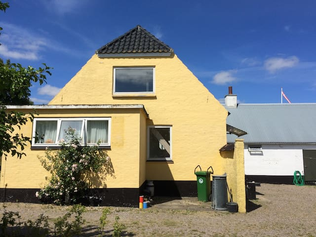 Charming flat for two in farm house on Bornholm - Gudhjem - Daire