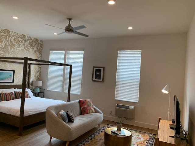 Beautiful Little Italy Condo-Cleaning Fee Included