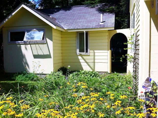THE YELLOW COTTAGE in the heart of Woodstock