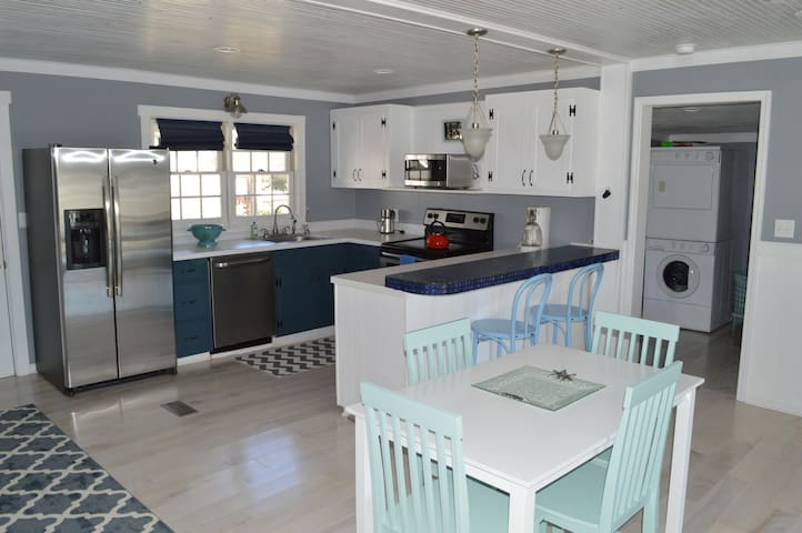 REMODELED 1950's Cozy Beach Cottage - Edisto Island - Casa