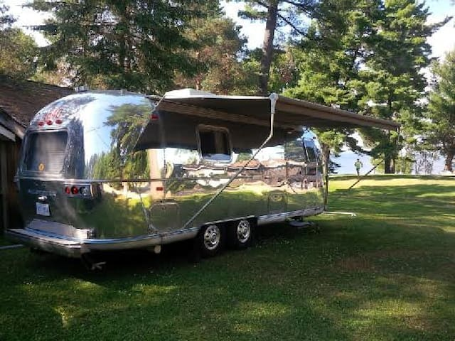 Vintage Airstream on beautiful lake - Sundridge - Bobil