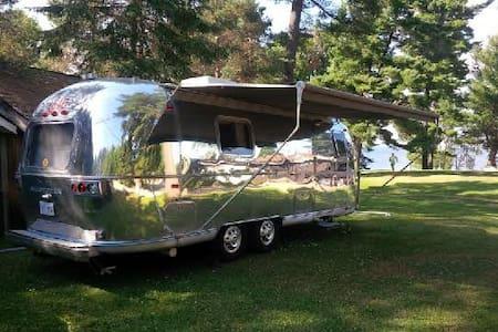 Vintage Airstream on beautiful lake - Sundridge - Camper/RV