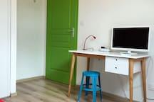 Une TV dans la 2ème chambre et un espace de travail