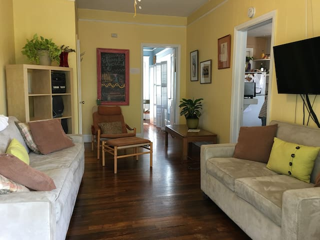 A Sunny Private Apt in BIG 1918 House Candler Park