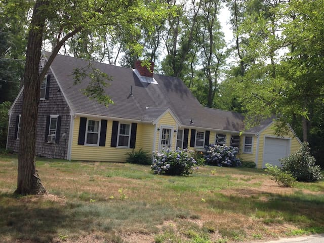 Charming cape cod home near beach - Eastham - Rumah