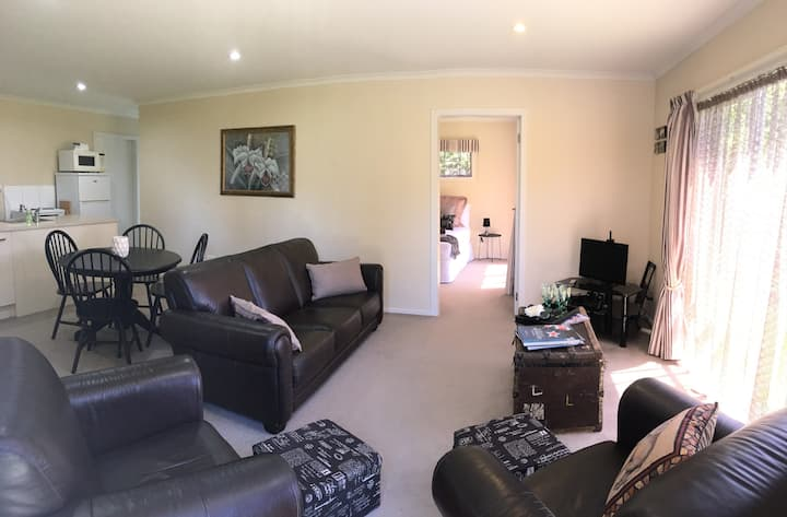 Home Away on Minogue Park - Private Apartment
