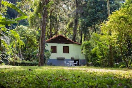 Lindo Chalé c/ cachoeira privativa e banheira