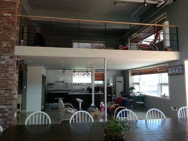 45평의 넓은 실내 콘도형 복층 루프탑 파티룸 (테라스 사용가능)
