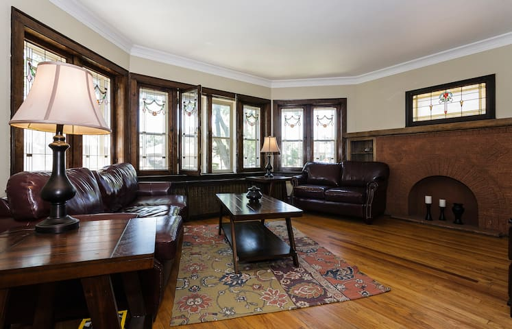 Suburban Chicago Bungalow- Art Nouveau Style - Berwyn - Bungalov