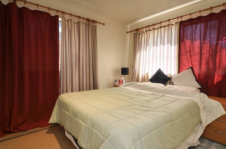 Quiet Private Room, queen size bed, close to city