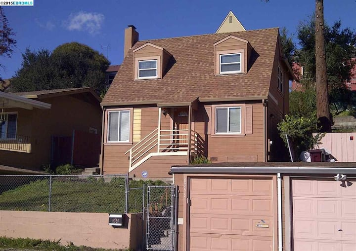 Big, Private room on Oakland Hills - Female Only
