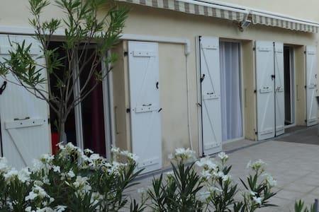 Maison de village (clim réversible, internet) - Aubagne - Дом