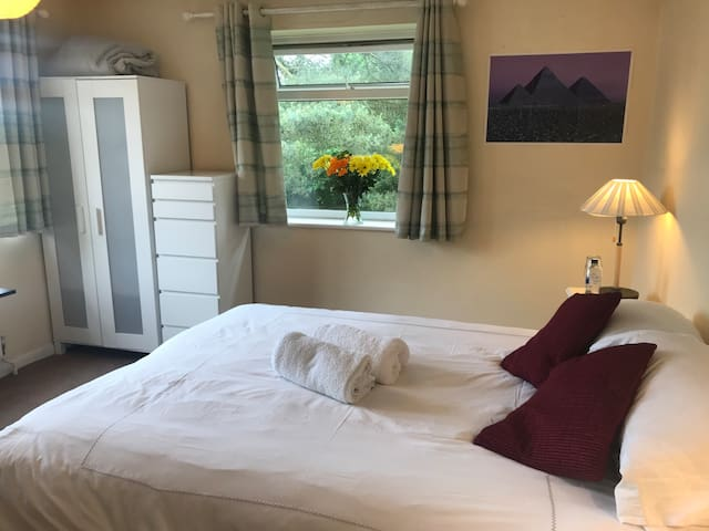 Large double room Parking Comfy bed near town