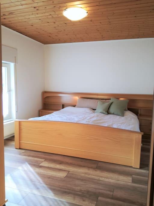 Schlafzimmer mit einem bequemem Doppelbett
