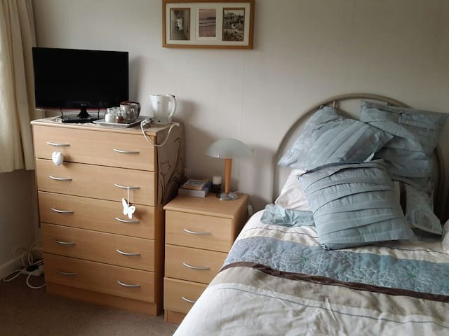 Single room in cosy house - Buxton