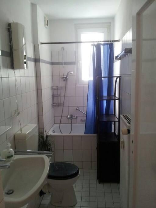 Sauberes, kleines Bad, voll ausgestattet