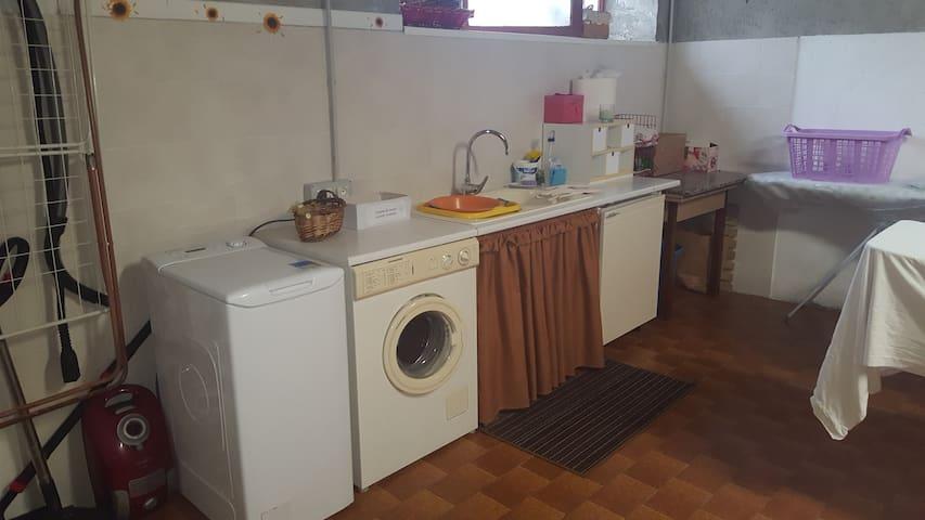 oltre alla lavatrice dell'appartamento gli ospiti hanno a disposizione la lavanderia attrezzata (allo stesso piano dell'alloggio Happy) con 2 lavatrici, lavello, detersivi, stendi biancheria, asse e ferro da stiro a disposizione di tutti i clienti
