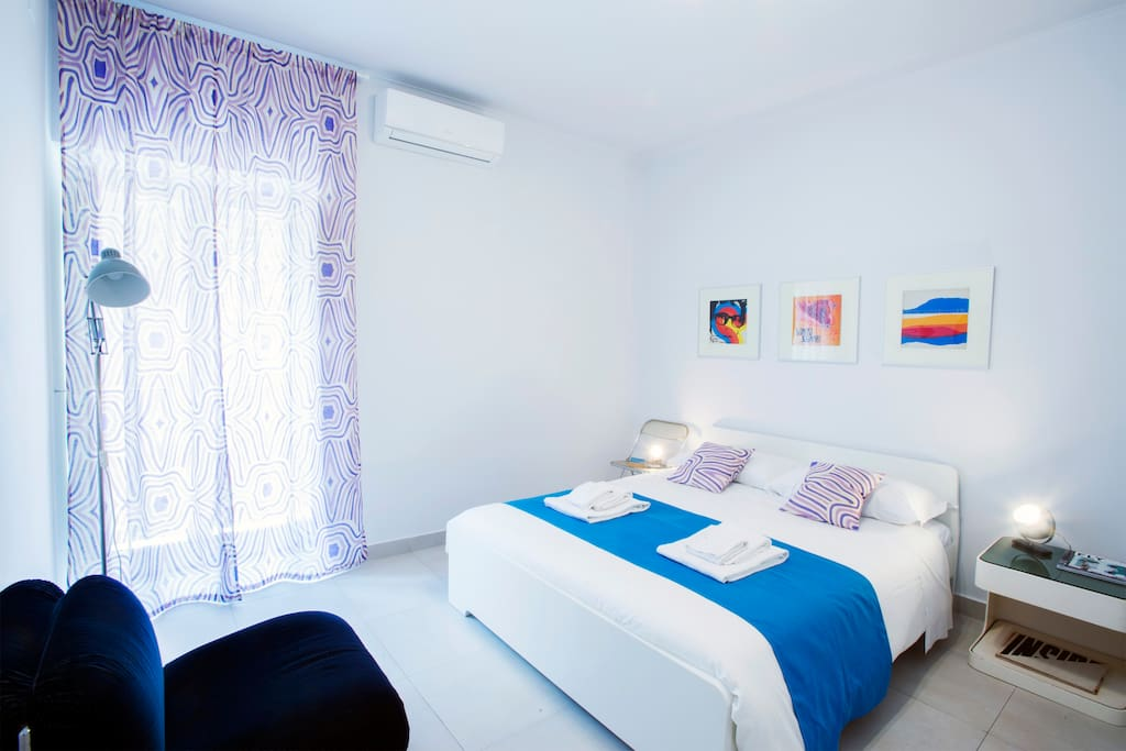 Room 2-two is elegant with refined details. Bright and welcoming. You find a comfortable double bed cm160x200 and a three-door closet. With balcony, air conditioning and heating. Equipped with a private bathroom with large shower.