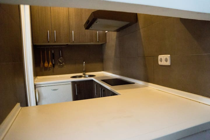 Kitchen. Independent and fully equipped. washing machine, refrigerator, microwave.