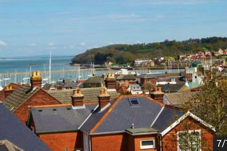 Cowes, single room, great location.