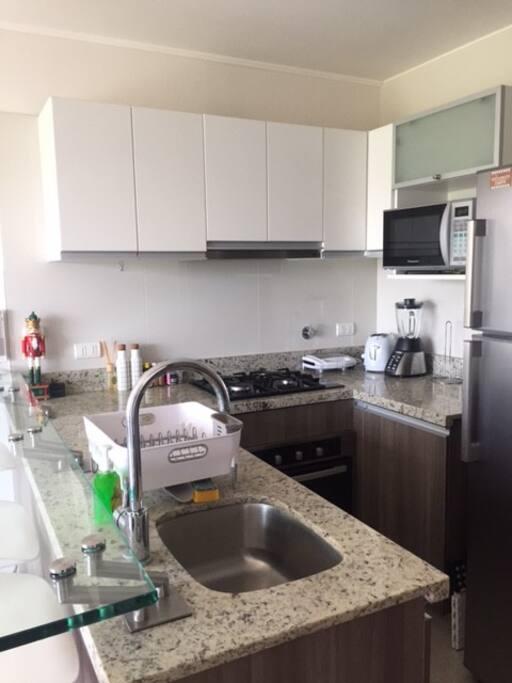 Cocina abierta totalmente equipada / Open plan kitchen fully equipped