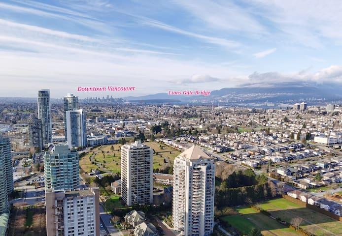 Luxury 2BR+Den Condo w/ Stunning View in Burnaby