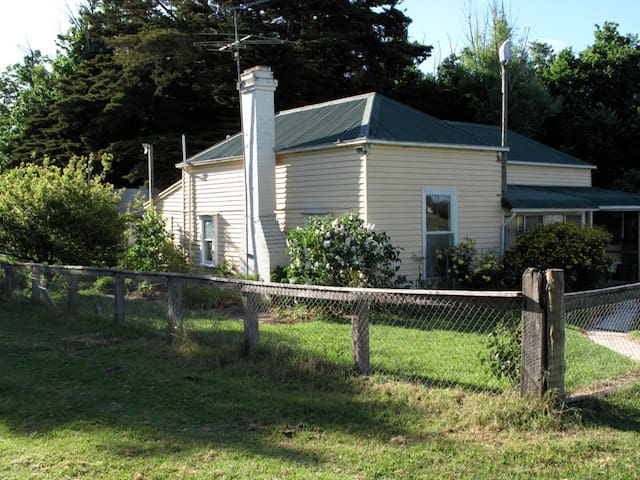 Traditional Farm Cottage by River. - Strathdownie - Haus