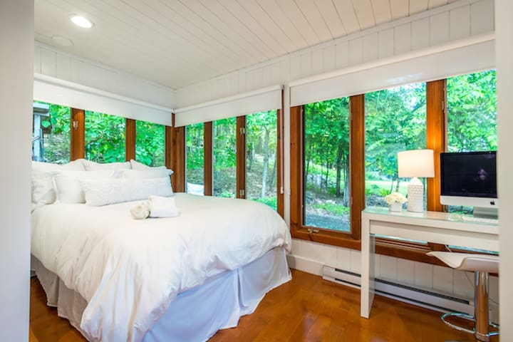 Guest bedroom with queen size bed and beautiful lake view.