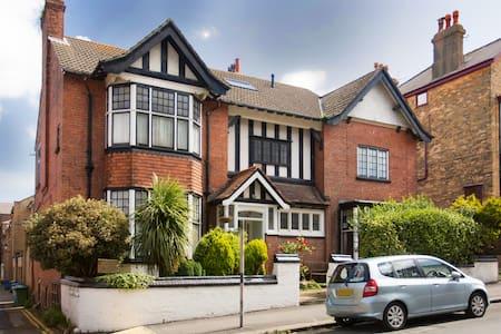 Victoria House, Scarborough. - Scarborough - Talo