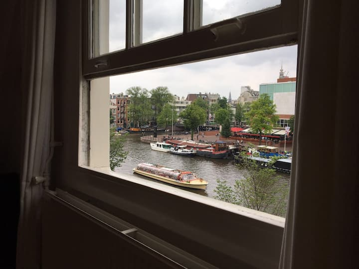 Petite city center loft apartment on Amstel river