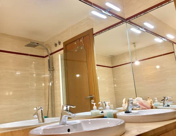 Baño privado en el interior de la habitación.