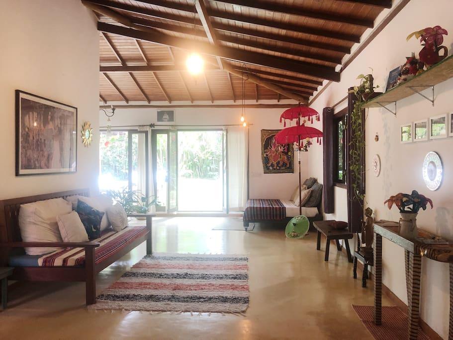 Nossa sala é ampla, a casa é estilo americano, sem paredes e com diversos ambientes gostosos para curtir o descanso em casa. Cuidamos da decoração que conta com objetos de arte e objetos zen que amamos.E o nosso jardim é um verdadeiro privilégio.